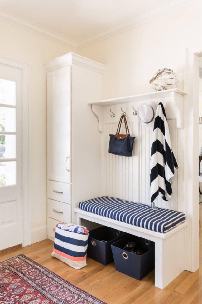 Nautical and bright mudroom by William Lee Architect & Associates