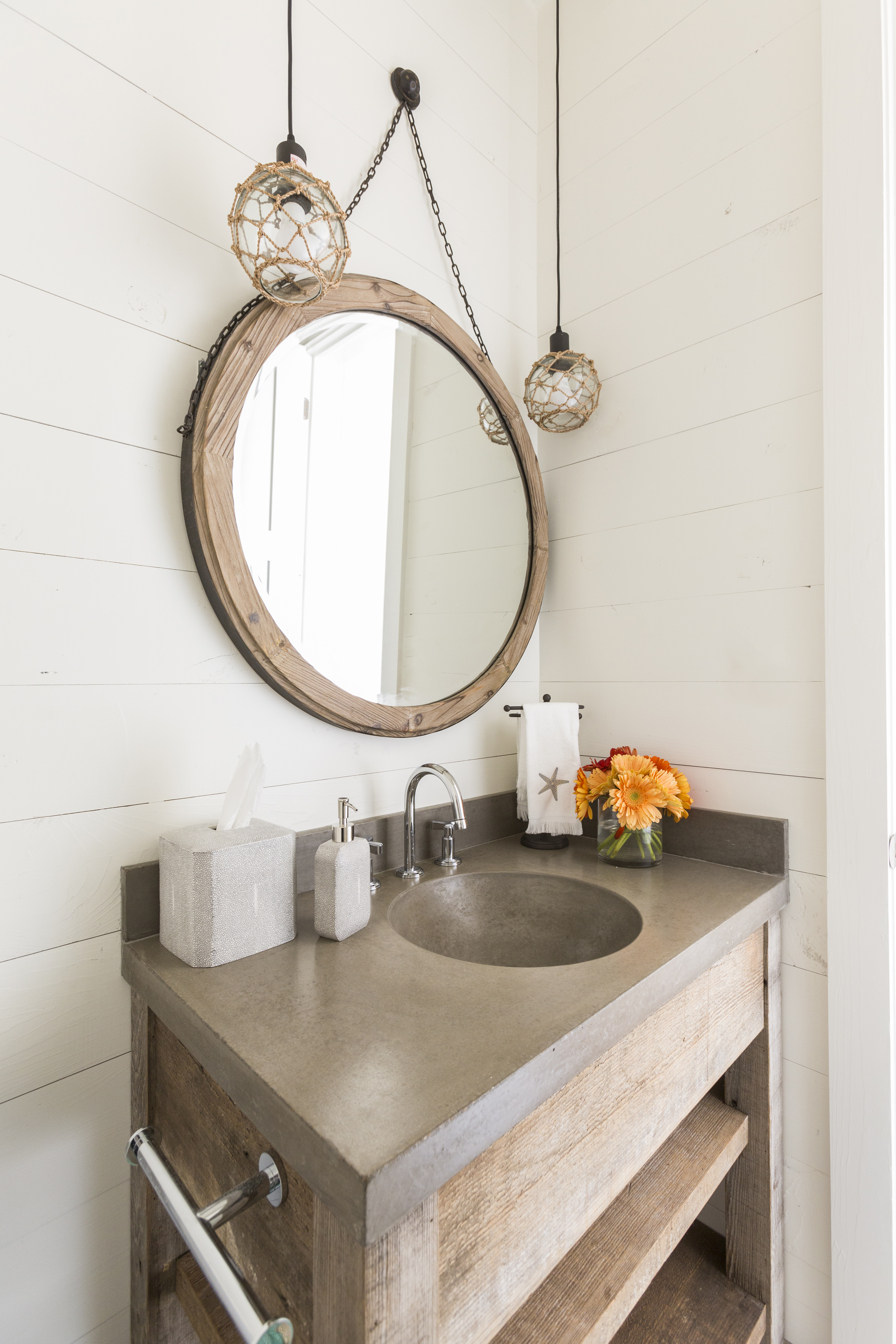 we 39 re obsessed with round mirrors in the bathroom laura. Black Bedroom Furniture Sets. Home Design Ideas