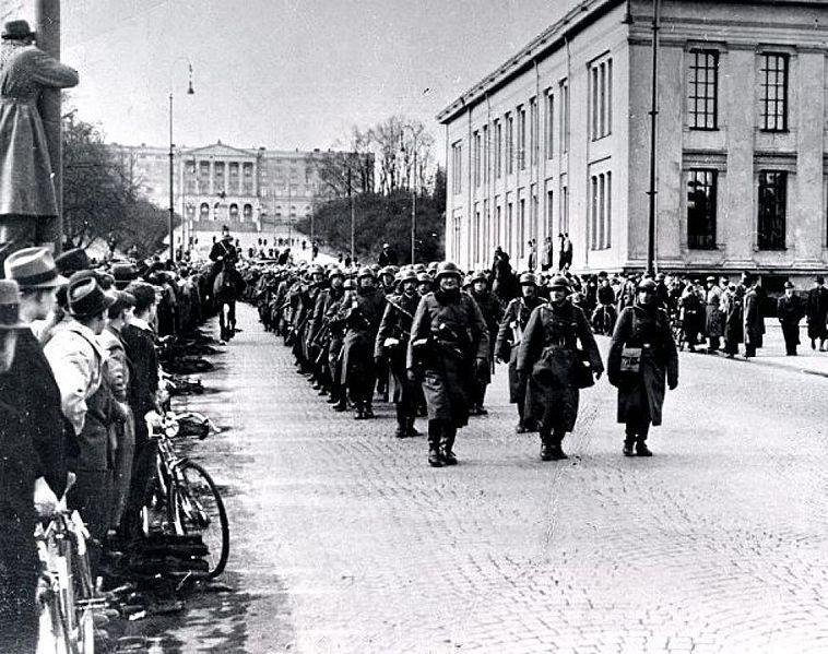 (German soldiers march past the Royal Palace down Karl Johans Gate, Oslo, April 9th, 1940. Photo: Wikicommons)